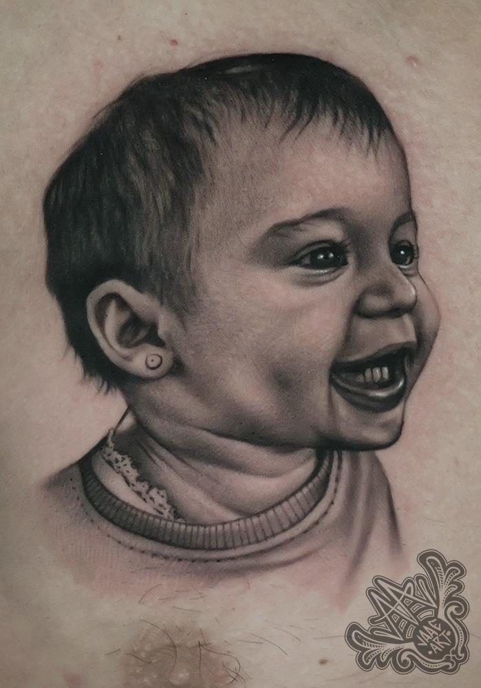 portrait-retrato-hija-retratofamiliar-blackandgrey-besttattoos-besttattooportraits-tattooportrait-daughter-chesttattoo